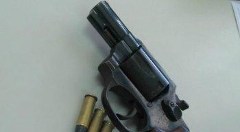A arma usada pelos criminosos foi apreendida e encaminhada para a Delegacia de Polícia do Cabo