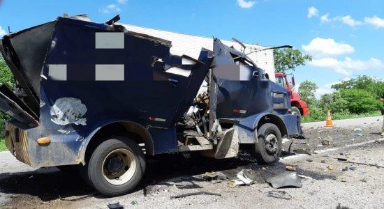 Homens armados assaltam carro forte e fogem com dinheiro e armas