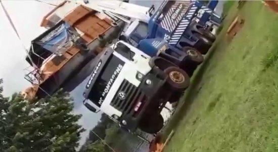 Vídeo: caminhão guincho tomba ao tentar colocar barco no rio