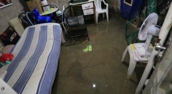 Uma tubulação se rompeu e a água invadiu casas