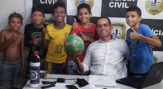 Vizinha toma bola de futebol e crianças procuram delegacia para reclamar