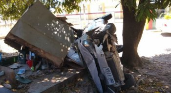 O Corpo de Bombeiros foi acionado às 8h20, para socorrer o motorista, um homem de 53 anos, que sofreu escoriações.