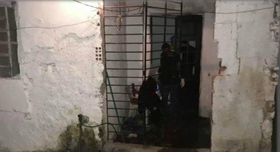 Grupo invade casa, mata jovem e ateia fogo no corpo na Estância
