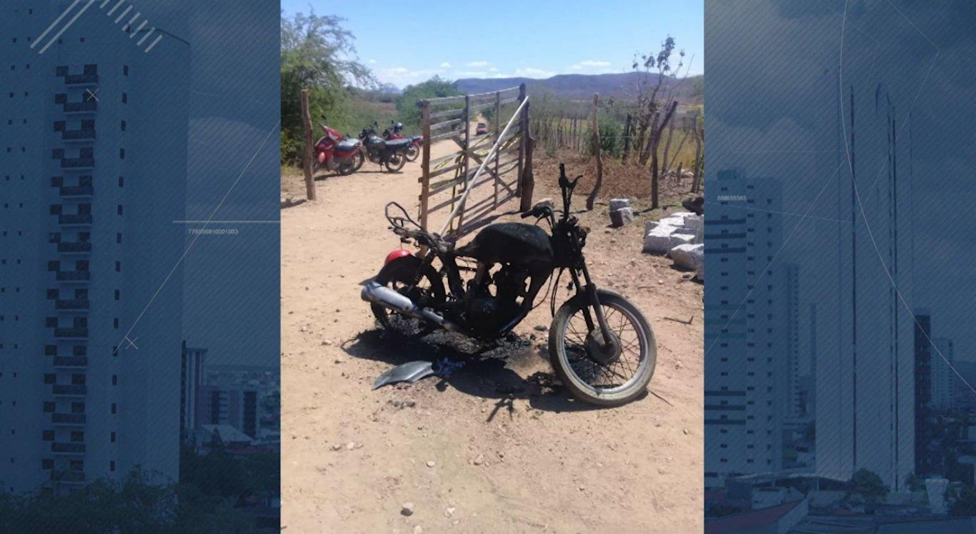 Motocicleta parcialmente queimada foi encontrada ao lado do poço