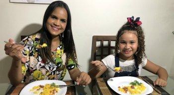 Clara Moraes (E) é uma das participantes da 2ª edição do Mini Chef