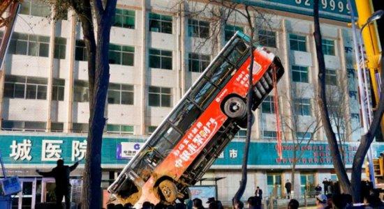 Ônibus é ''engolido'' por buraco e seis pessoas são mortas; veja vídeo