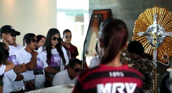 Jovem morto em baile brega-funk no Recife é enterrado e mãe pede justiça