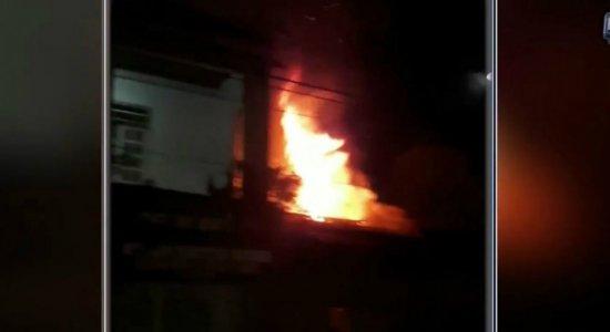 Abreu e Lima: casa é destruída por incêndio e moradores se desesperam