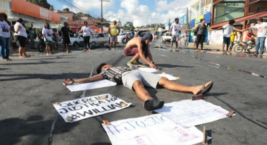 Familiares e amigos de jovem morto em festa realizam protesto no Ibura