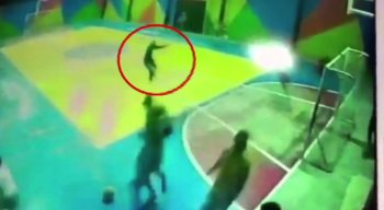Câmeras de segurança flagraram o momento do ataque, durante jogo de futebol promovido em parceria com igreja evangélica.