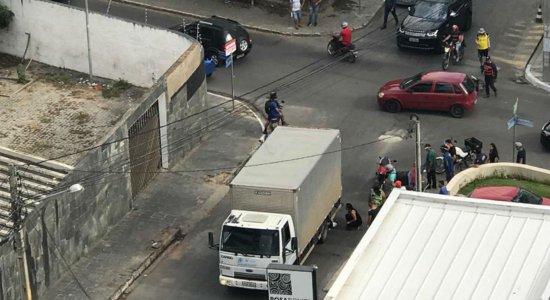 Motociclista ficou embaixo do caminhão após acidente