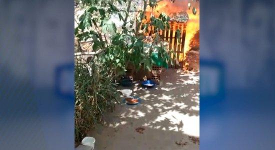 Abrigo improvisado foi incendiado na manhã desta sexta