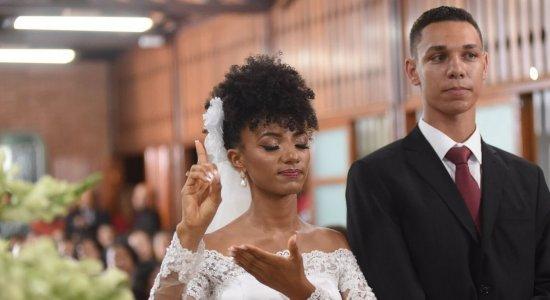 "Noiva surpreende ao ""cantar"" em libras no seu casamento"