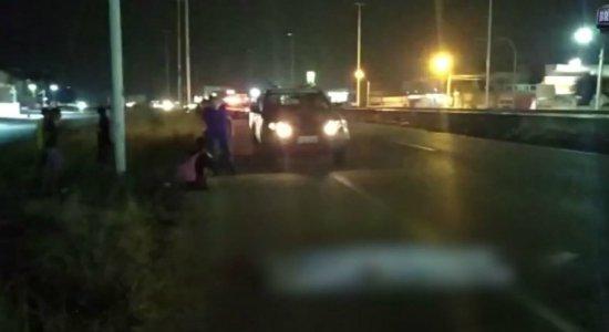 Homem morre atropelado enquanto tentava salvar coelho na BR-232