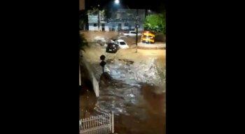 Cidade ficou completamente alagada após forte chuva