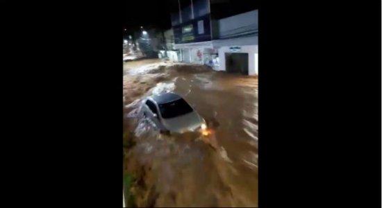Vídeo: Chuva forte em Iconha (ES) arrasta carros e alaga cidade