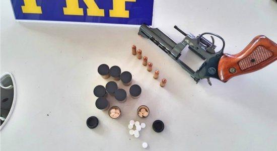 Caminhoneiro é detido com arma e comprimidosem Caruaru