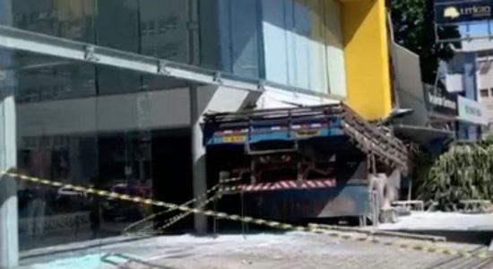 Caminhão invade loja de carros e atinge Porsche e Jaguar no Recife