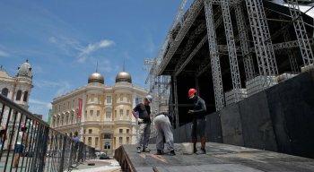 O palco do Marco Zero começou a ser instalado em 13 de janeiro e o serviço deve terminar em 9 de fevereiro