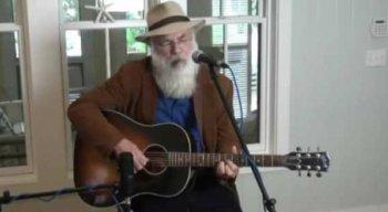 O cantor e compositor começou a carreira em 1973, com uma banda indie alternativa