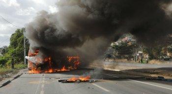 Ônibus foi queimado durante protesto na BR-101, no Ibura
