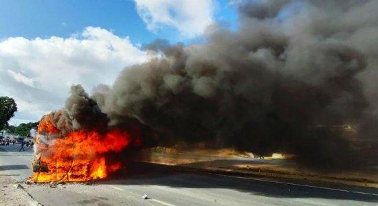 Moradores ateiam fogo em ônibus e bloqueiam BR-101 por causa de morte