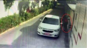 A mulher foi filmada por câmeras de segurança saindo do motel em um táxi