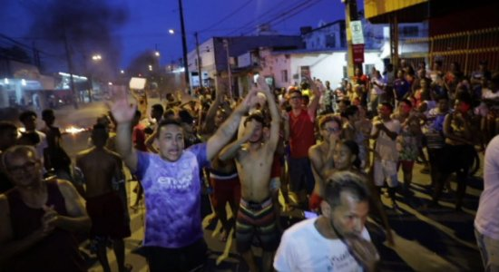 Moradores bloqueiam via em protesto contra a falta de água em Afogados