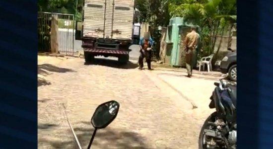 Homem tenta agredir policial com facão, é baleado e morre no hospital