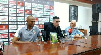 Tiago Cardoso ao lado do presidente Constantino Júnior em coletiva de imprensa.