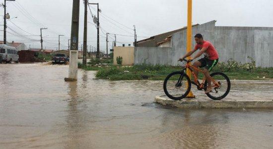 Chuva forte deixa ruas em Petrolina alagadas