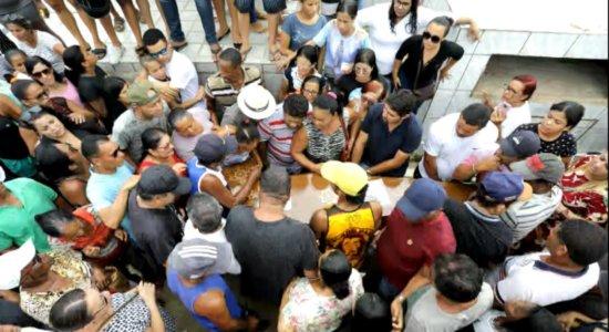 Com revolta e gritos de justiça, maquiador é enterrado em Moreno