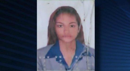 Mulher encontrada morta com mais de 55 facadas é enterrada no Recife