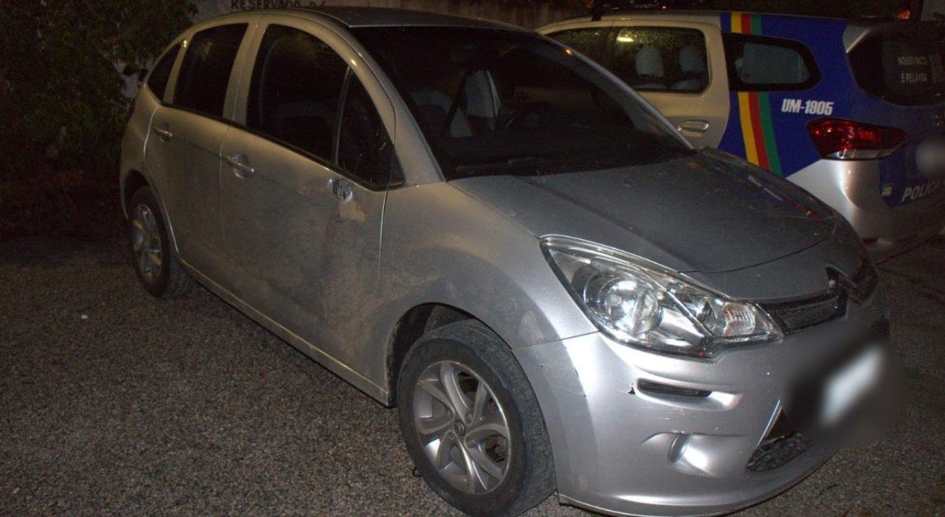 Carro foi tomado de assalto em Caruaru