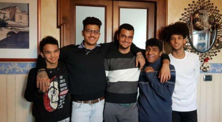 Lucas, Henrique, Eduardo, João e Luan em um dos encontros entre irmãos na Itália