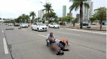 A vítima caiu na via e teve ferimentos nas pernas, nos pés, nos braços e no rosto