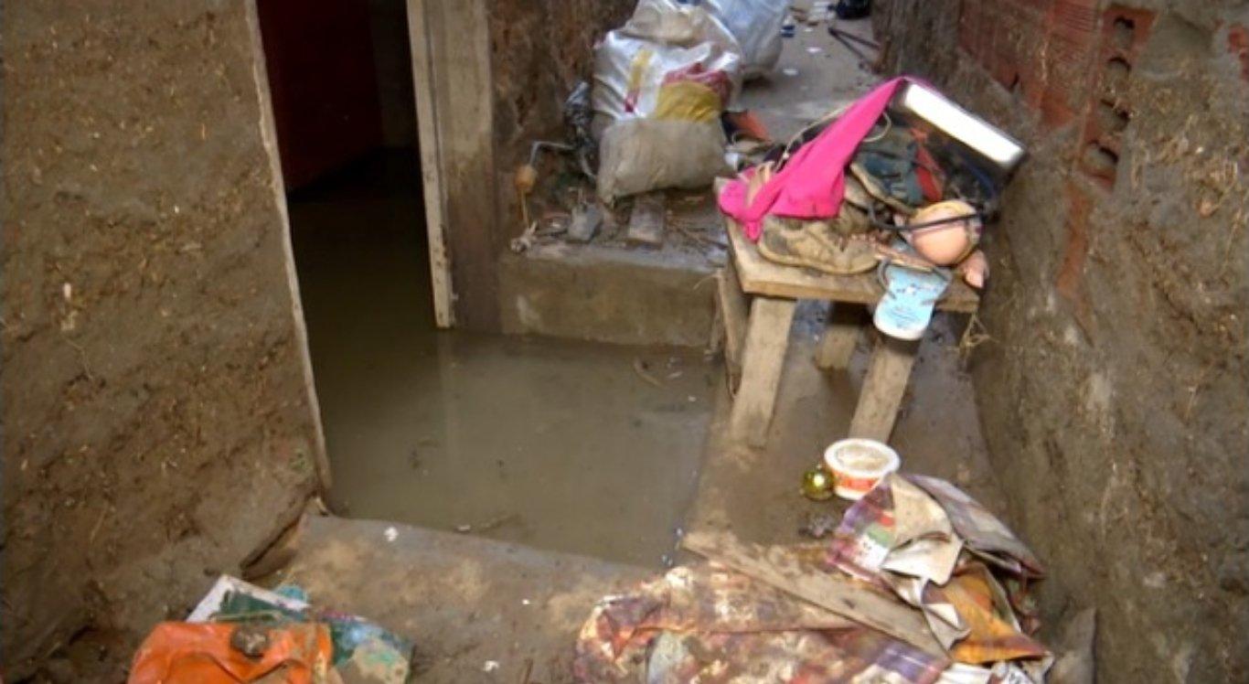 Família teve casa invadida por água e perdeu tudo