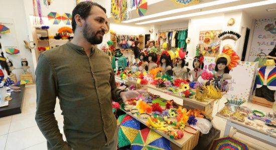 Loja no RioMar Recife oferece fantasias e acessórios para o carnaval a partir de R$ 5