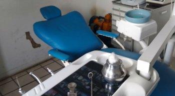 No consultório, havia cadeira odontológica e outros instrumentos