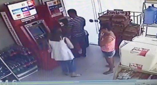 Mulher devolve dinheiro que homem esqueceu em caixa eletrônico
