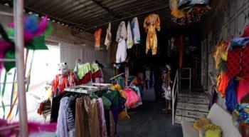 Bazar oferece diversas opções de fantasias