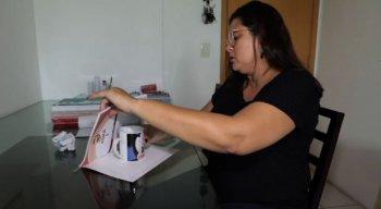 A jornalista Mariana Araújo enxergou na habilidade de encapar livros a possibilidade de gerar uma renda extra