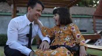Marcela Guimarães da Motta Silveira, de 7 anos, junto ao seu pai, o advogado Miguel Motta