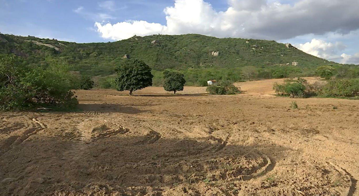 Na zona rural de Caruaru, terra está seca por causa da estiagem