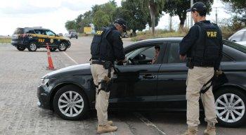 A PRF está realizando uma operação para alertar os motoristas sobre o risco de utilizar o celular ao dirigir