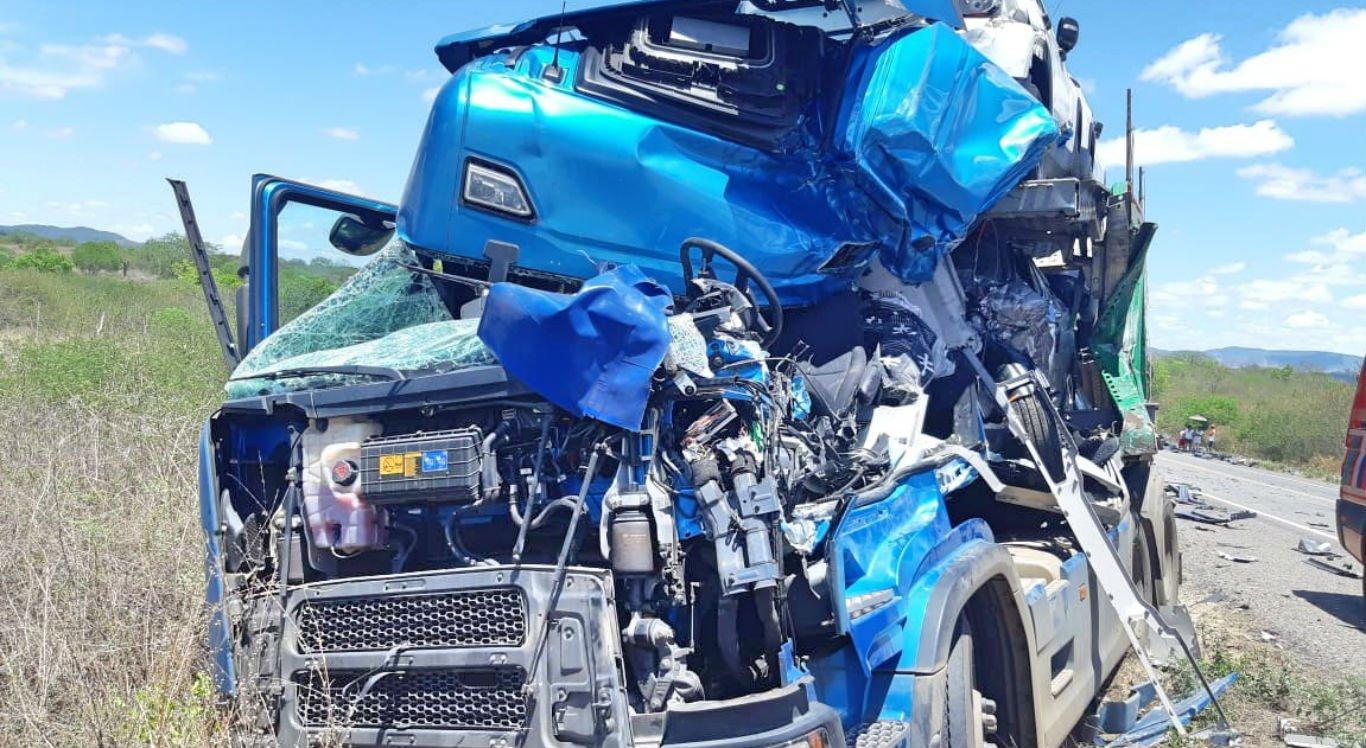 Motorista do caminhão cegonha não resistiu e morreu