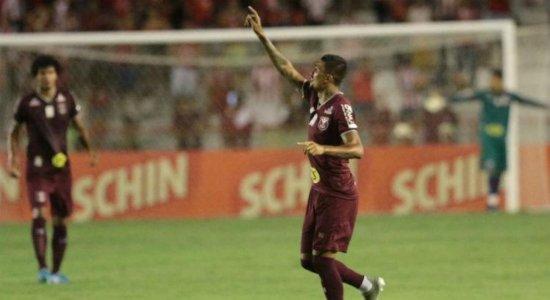 Com dores no tornozelo, Kieza não treina e deve desfalcar o Náutico na Copa do Nordeste