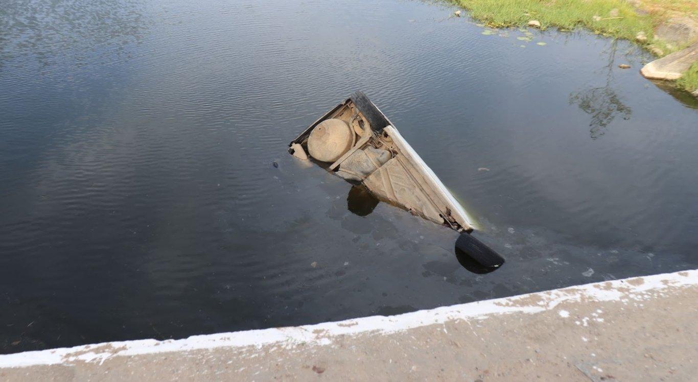 Motorista perdeu controle de carro e caiu no rio em Limoeiro