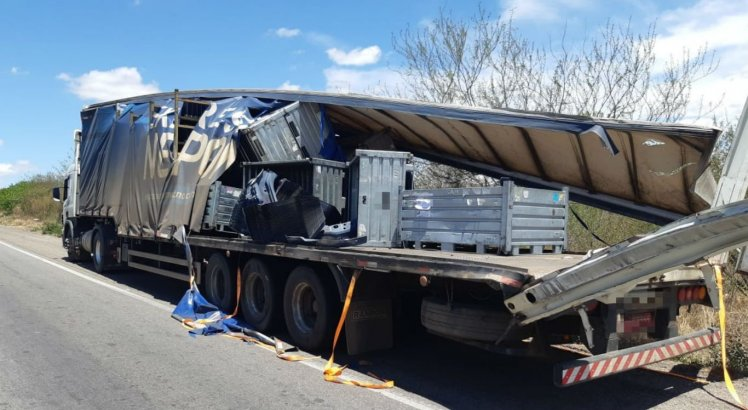 Parte da carga de peças que era transportada pela carreta atingiu um carro