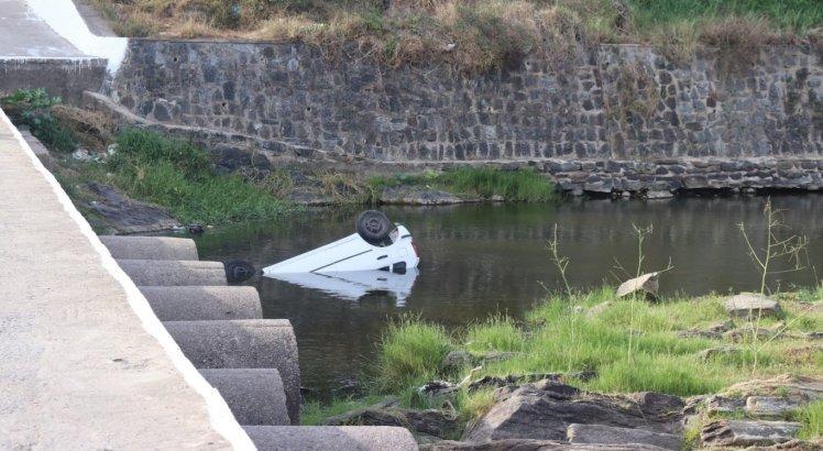 Carro caiu dentro do rio
